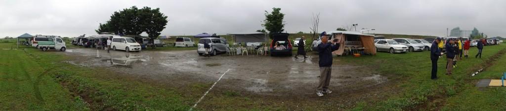 開会式時の駐車場、駐機場の地面の様子、水溜りがあちこちに・・機体の姿が見えない。