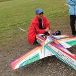 上空の様子をチェックの為と目慣らし飛行する熊谷のラジコンの福田氏。