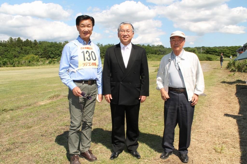 左より 須賀川市議会・廣瀬議長、須賀川市・橋本市長、無線航空会・若崎副会長。