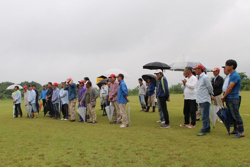 小雨の中の開会式の様子・雨傘がチラホラ