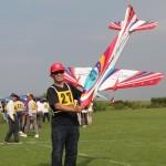 飛行前、機体の準備に追われるJOSOクラブの村野選手