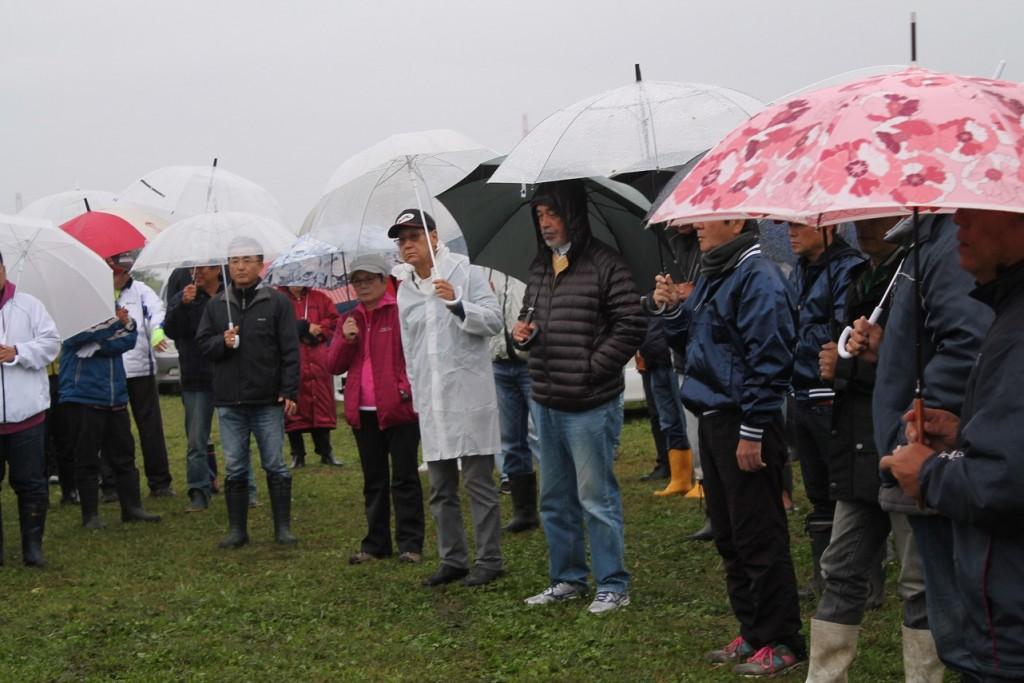 降る雨の中での開会式は、鬱陶しい感じの選手各位